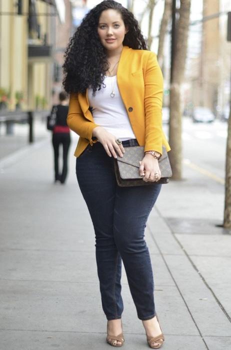 Однобортная куртка и джинсы прямого кроя — удачный тандем для создания визуального эффекта стройности. /Фото: heaclub.ru