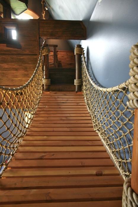 Перила в виде сетчатого плетения. /Фото: interiorno.ru