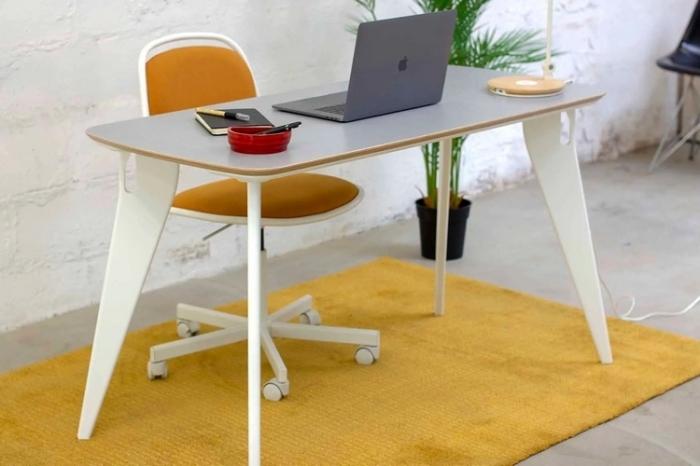 Несмотря на плоские ножки стол Hoek устойчив за счет продуманной конструкции. /Фото: netdna.coolthings.com