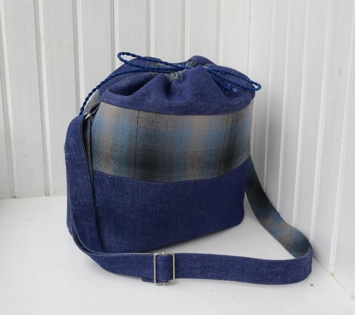 Удобный вариант ранца или сумки-мешка из джинсовой ткани. /Фото: 3.bp.blogspot.com