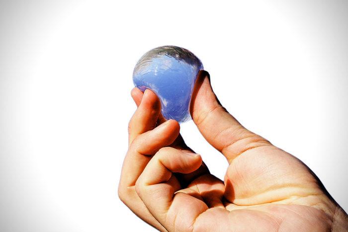 Использование упаковки Ooho позволит уменьшить засорение планеты пластиком. /Фото: cdn.hiconsumption.com