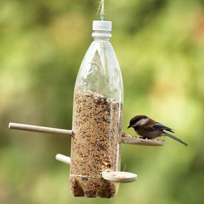 Не стоит выбрасывать пластиковую бутылку, которая может принести столько пользы. /Фото: krrot.net