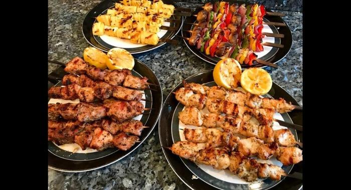 Мясо вкусно пахнет и манит, но есть его сразу нельзя. /Фото: content-images.weber.com