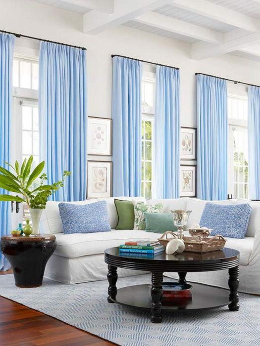 Сочетание белого и голубого — идеальный вариант для комнаты со слабым освещением.