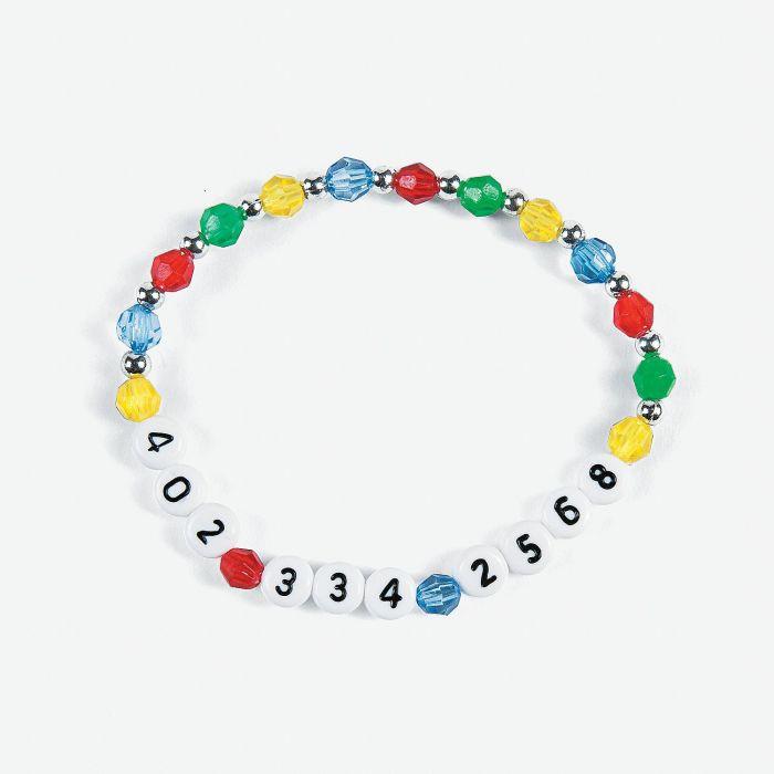 С таким браслетом, даже если ребенок потеряется, его легче будет найти. /Фото: i.pinimg.com