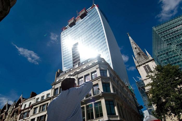 В солнечный день вогнутая сторона небоскреба фокусирует солнечные лучи как линза. /Фото: gannett-cdn.com