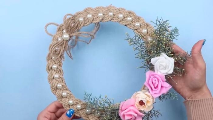 Красивый венок в любом стиле и цветах, сделанный с использованием веревки. /Фото: retete-usoare.eu