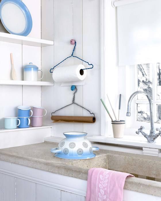 Старая вешалка окажется весьма полезной и на кухне. /Фото: vtwonen.nl