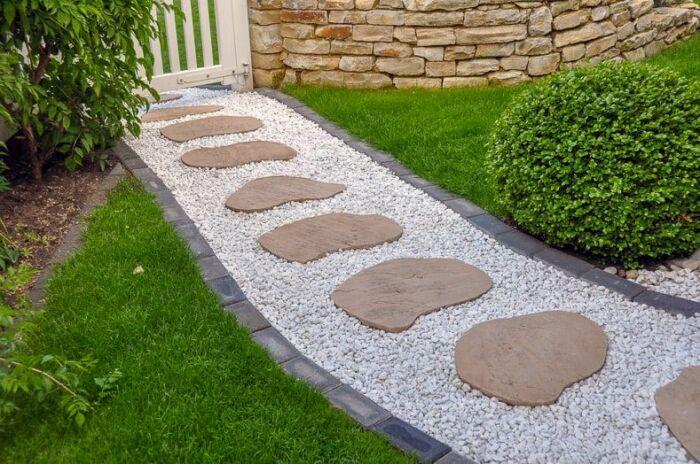 Комбинация камня с гравием и обрамлением из кирпича выглядит элегантно. /Фото: cdn-aeipe.nitrocdn.com