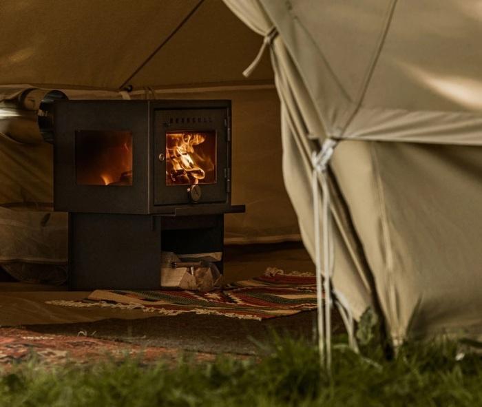 Печь Orland Compact Stove создает в палатке уют, оставляя ощущение костра. /Фото: cdn.shopify.com