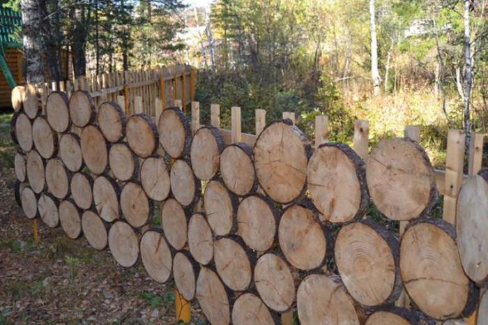 С помощью дерева можно оформить красивый забор. /Фото: i.pinimg.com
