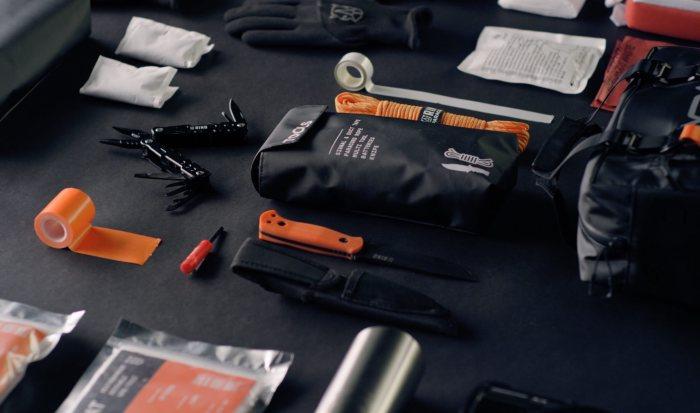Универсальный набор полезных вещей для отдыха на природе, который способен спасти жизнь. /Фото: silodrome.com