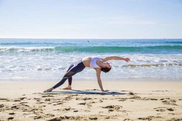 Леггинсы Nadi X помогут освоить позы йоги не хуже тренера. /Фото: cdn.shopify.com