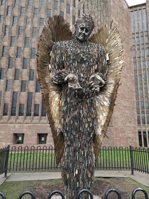 Статуя ангела из ножей вызывает шоковые эмоции. /Фото: i.redd.it