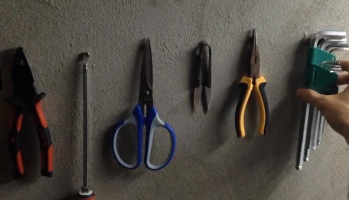 Каждый инструмент висит на своем месте.