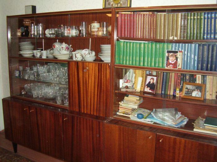 Типичная мебель со стеклянными стеллажами в советское время. /Фото: img.anews.com