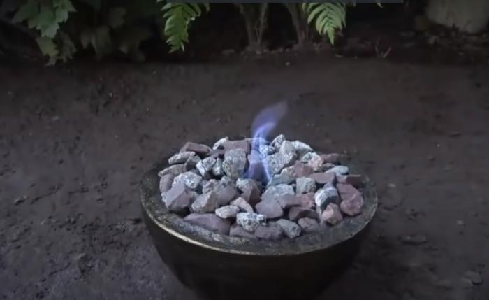 Смотрится очень эффектно и необычно в любом уголке сада. /Фото: youtube.com