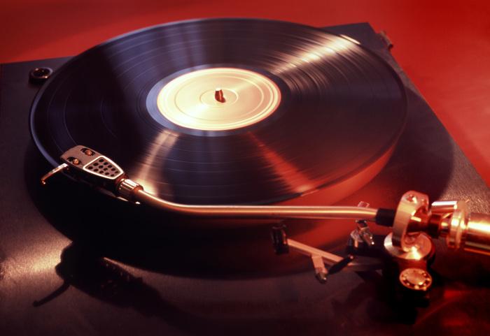 Записи бардов и редкие виниловые пластинки были достойным украшением дома интеллигентного человека. /Фото: upload.wikimedia.org