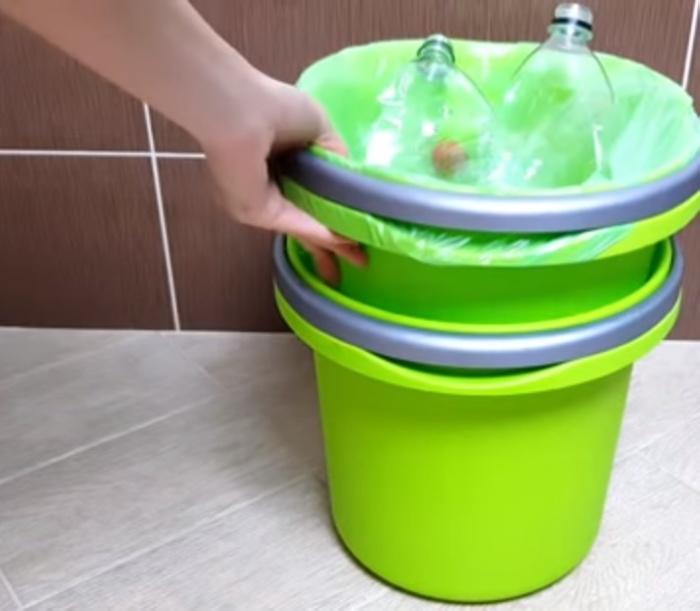 Если ведро для мытья полов хранить под мусорным, оно совершенно не будет занимать место.