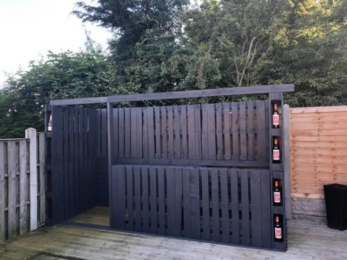С помощью деревянных поддонов можно сделать даже забор. /Фото: img.izismile.com