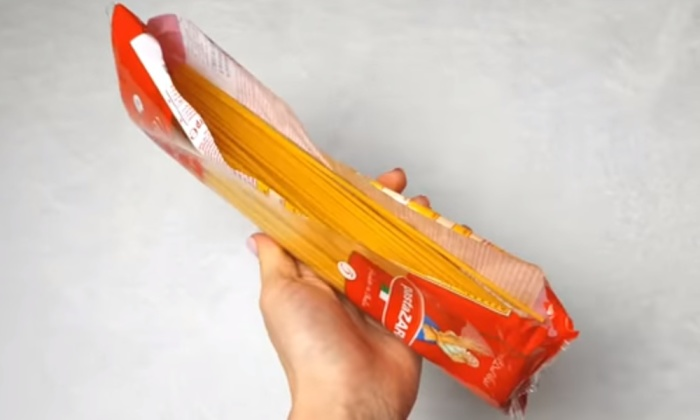 Вскрывать упаковку спагетти сбоку удобнее, чем сверху.