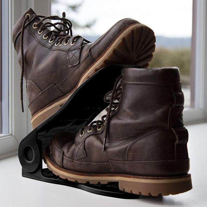 Эффектный прием для хранения большого количества обуви. /Фото: hips.hearstapps.com