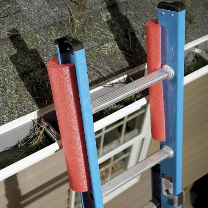 С накладками можно прислонять лестницу, не опасаясь поцарапать стену или крышу дома. /Фото: familyhandyman.com