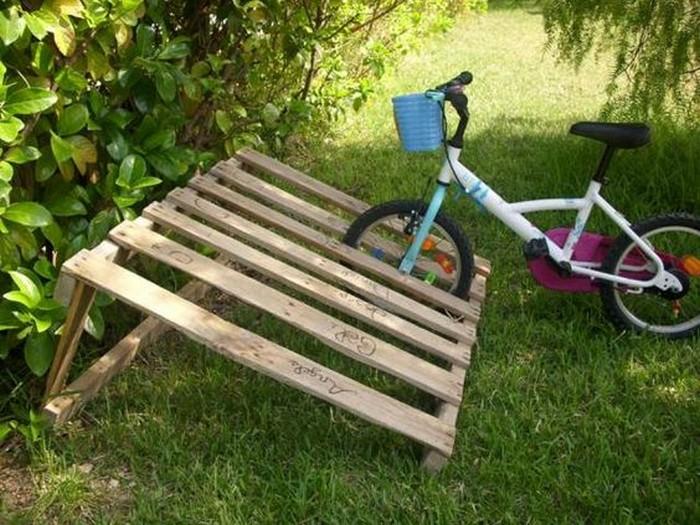 Паллеты требуют минимум переделки под стойку для велосипедов. /Фото: project.theownerbuildernetwork.co