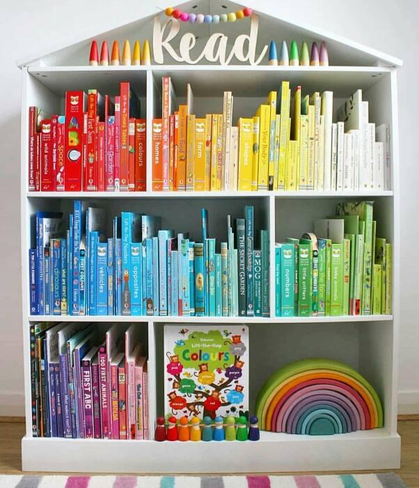 Книги, сгруппированные по цветам, делают интерьер интереснее. /Фото: scontent-iad3-1.cdninstagram.com