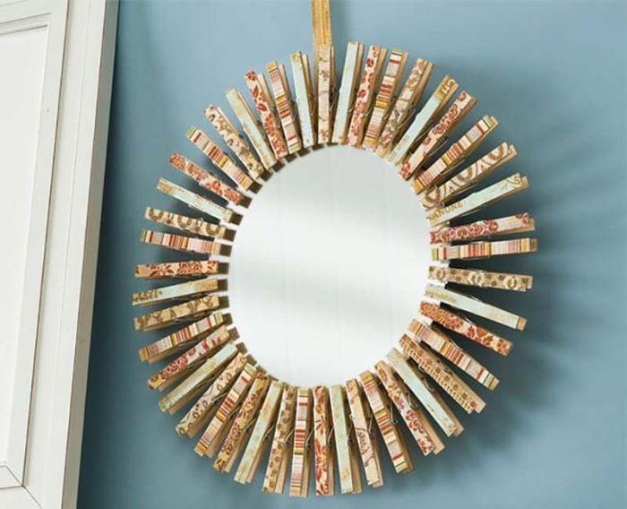 Красивое зеркало-солнце с оформлением из обычных хозяйственных прищепок. /Фото: i.pinimg.com