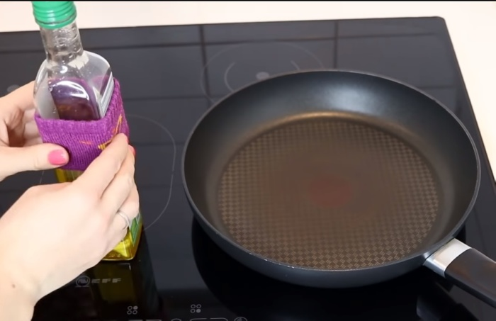 Резиночка от старого носочка на бутылке уберегает от потеков масла.