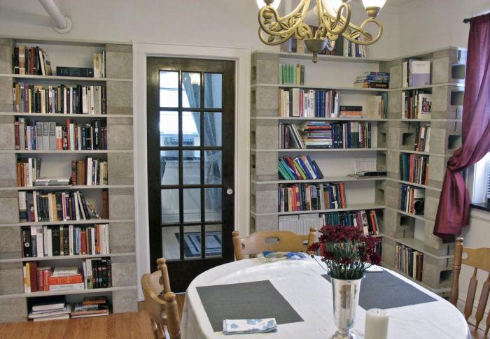 Книжные полки из шлакоблока неплохо смотрятся в интерьере. /Фото: otthonlap.hu
