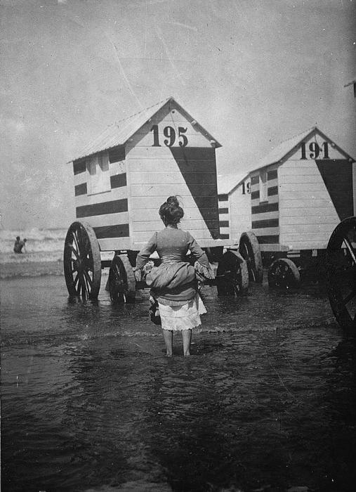 Купальные машины завозились в море с помощью лошадей или специальных извозчиков. /Фото: 3.bp.blogspot.com