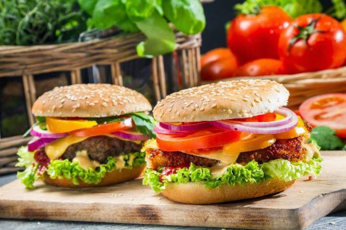 Домашний бургер — приятный способ нарушить свою диету. /Фото: images.neventum.com