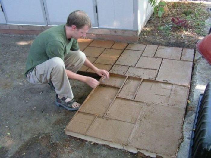 Один из самых простых способов создания тротуарной дорожки. /Фото: engineeringdiscoveries.com