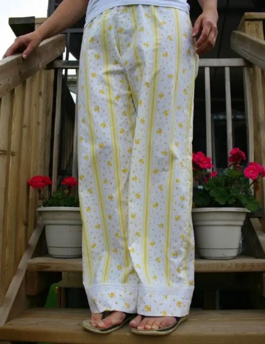 Пижамные штаны из старой простыни. /Фото: sbly-web-prod-shareably.netdna-ssl.com