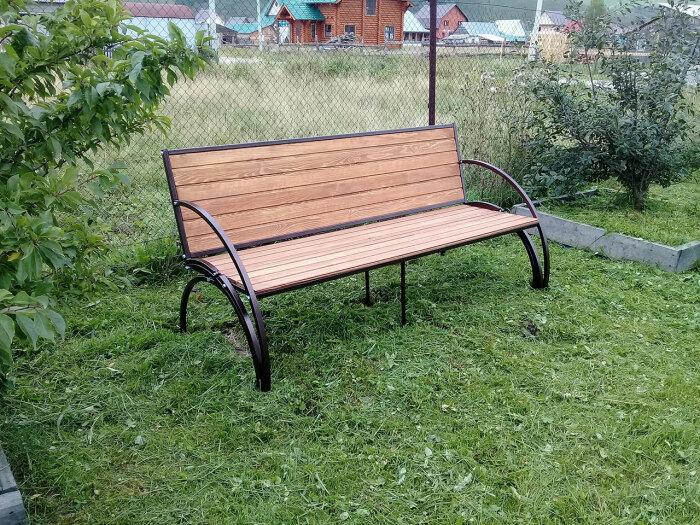 Смотрится стильно и выглядит как обычная скамья. /Фото: bench.diy-blueprints.info