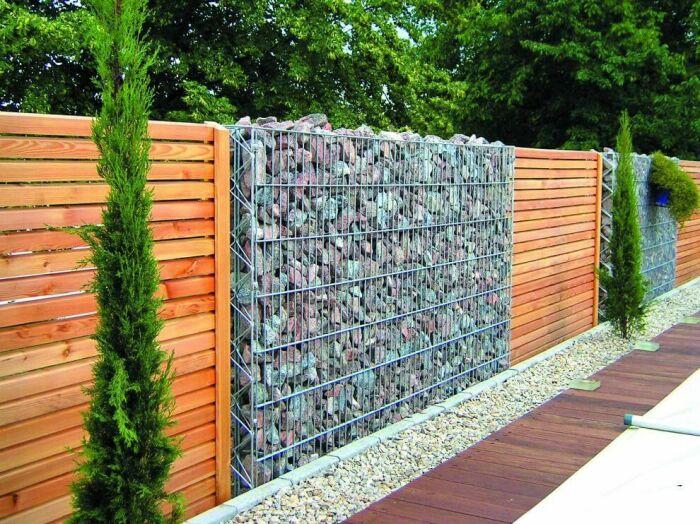 Забор из габионов — это надежное и стильное решение для любого загородного участка. /Фото: i.pinimg.com