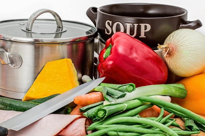 Особое внимание нужно уделить времени добавления овощей. /Фото: i0.wp.com