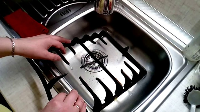 Если замочить конфорки в аммиаке, можно с легкостью убрать даже сильные загрязнения. /Фото: i.ytimg.com
