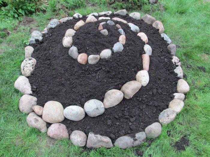 С помощью такой спирали можно облагородить любую клумбу. /Фото: i.pinimg.com