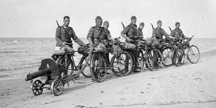 Немецкие велосипедисты с пулемётом Максим на прицепе. /Фото: rucheek.by