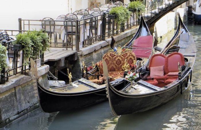 Гондолы и трагетто — разные виды лодок. /Фото: i.pinimg.com
