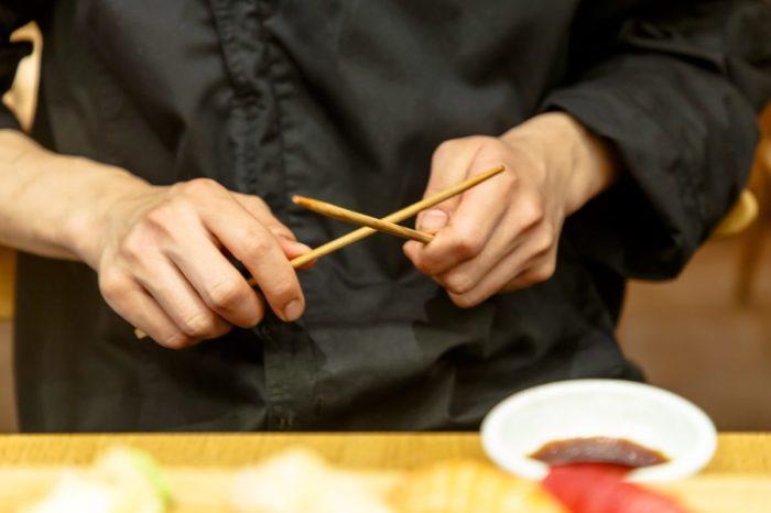 Не зная правил использования палочек, можно вполне последовать похоронному ритуалу. /Фото: cultura.menu
