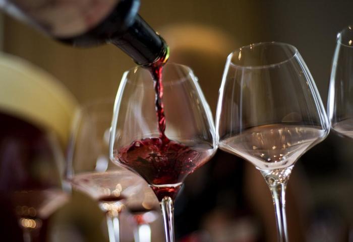 Многие хранят вино либо в холодильнике, либо просто в комнате. /Фото: images.unian.net