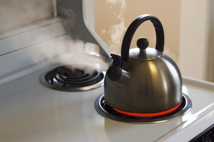 Рассол поможет очистить чайник от накипи. /Фото: honestdocs.id