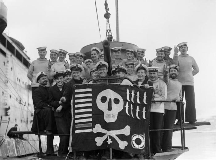 Экипаж британской субмарины HMS Utmost с пиратским флагом. /Фото: upload.wikimedia.org