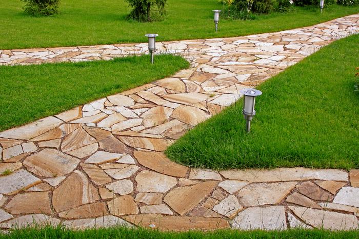 Камень очень прочен, выдерживает испытание нагрузками и временем. /Фото: img.aviarydecor.com