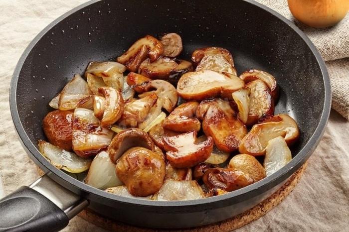 Чтобы качественно обжарить грибы, огонь лучше усилить. /Фото: img2.abo.media