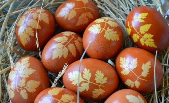 Пасхальные яйца, украшенные листочками зелени. /Фото: imgirl.ru